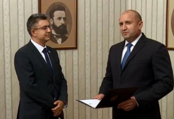 """Президентът Радев връчи мандата на Пламен Николов, кандидатът за премиер от ПП """"Има такъв Народ""""."""